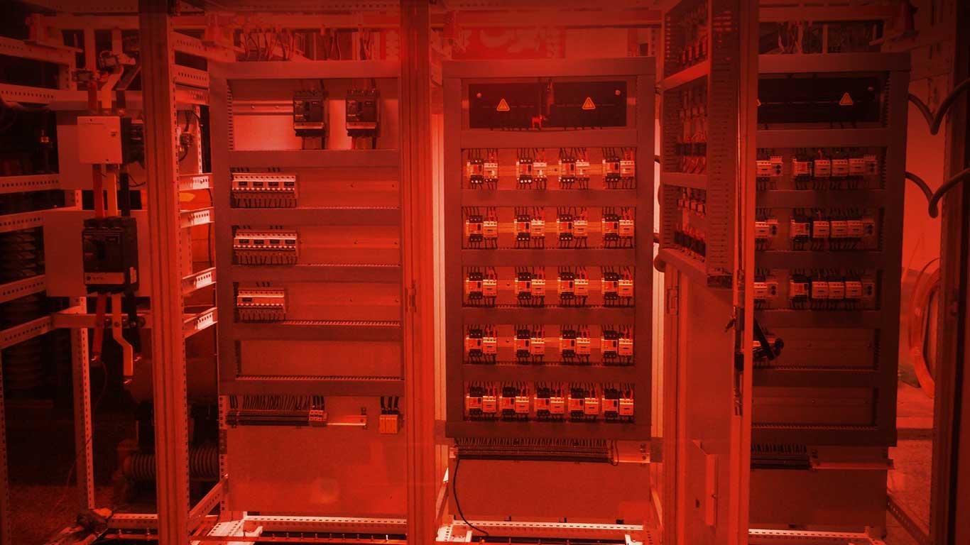 پیشگام و مبتکر در تولید تابلو برق